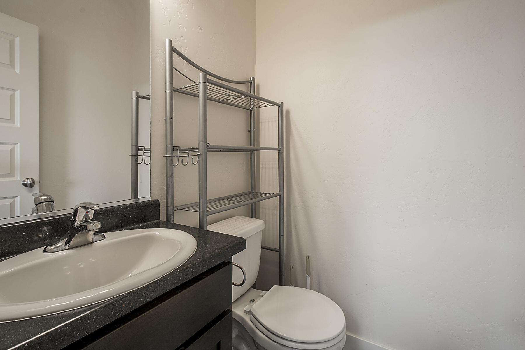 BathroomOne_1800x1200_2515434